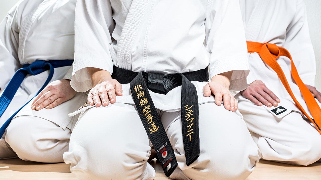 Karateka sitzen zum Abgrüßen